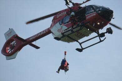 Eine Notärztin seilte sich aus dem Rettungshubschrauber ab.