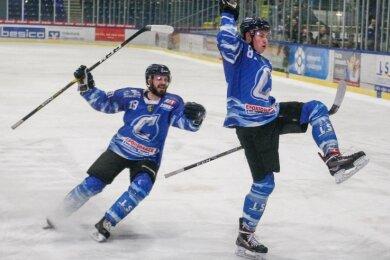 Können sie morgen wieder jubeln? Jiri Charousek (links), der die Crashers ab dieser Saison als Spielertrainer betreut, und Kenneth Hirsch starten miteinem Heimspiel gegen die Eisbären Juniors in die Spielzeit.