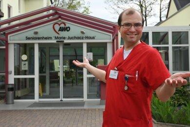 Thomas Roßner vor dem Awo-Seniorenheim Marie-Juchacz-Haus. Der Pfleger liebt seinen Beruf.