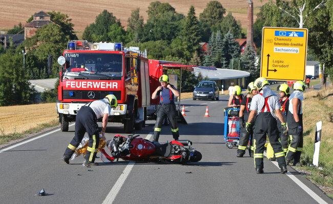 Ein Motorradfahrer ist am Montagabend bei einem Unfall auf der B 173 in Höhe des Ortsausgangs Gersdorf schwer verletzt worden.