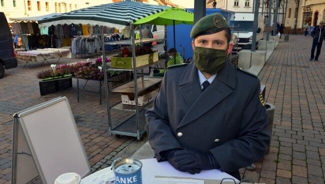 Oberstabsgefreiter Peter Leonhardt hat auf dem Markt in Frankenberg Spenden gesammelt und dort kaum Leute ohne Maske gesehen.