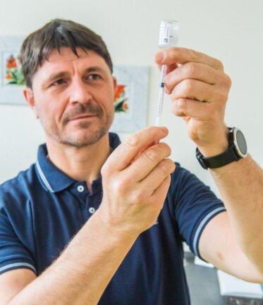 """""""Covid-19 ist ein Chamäleon"""", sagt der Auer Arzt Lars Schirmer, der als einer der ersten Hausärzte mit der Impfung begonnen hatte."""