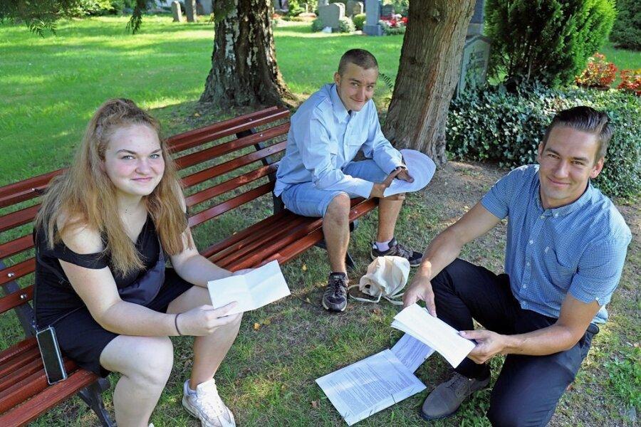 """Janine Gregor (v. l.) und Jason-Patrick Lange von der Freiberger Oberschule """"Clemens Winkler"""" haben gemeinsam mit ihren Klassenkameraden und Lehrer Philipp Baumgart das Leben zweier Maueropfer aus Freiberg recherchiert."""