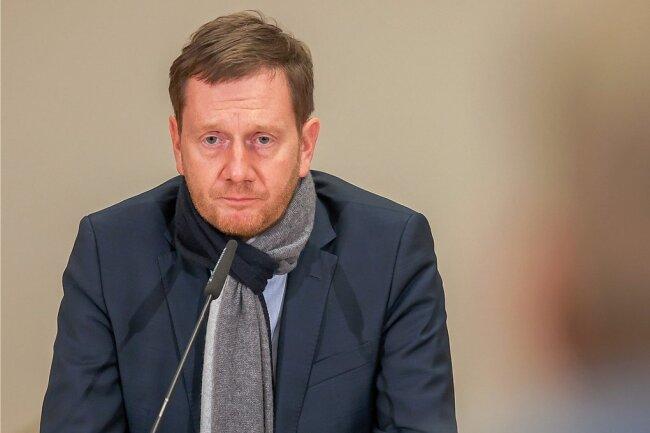 """Ein sichtlich angespannter Ministerpräsident Michael Kretschmer kündigte am Freitag """"klare Maßnahmen"""" des Staates an, um die Coronawelle zu brechen. Damit soll vor allem der Patientenzustrom in die zunehmend überforderten Krankenhäuser mittelfristig deutlich reduziert werden."""