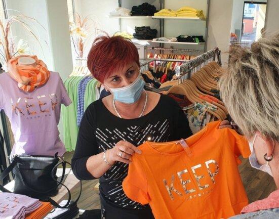 """In der Zschopauer Filiale von """"Hautnah Woman"""" konnte sich Modeverkäuferin Carmen Wendler wieder Zeit nehmen für ihre Kundinnen."""