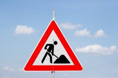 Beim geplanten Ausbau der Ortsdurchfahrt Bösenbrunn kommt es zu einer entscheidenden Änderung. Die Kreisstraße soll nun auf 400 Metern im Oberdorf ohne den bislang vorgesehenen Fußweg ausgebaut werden.