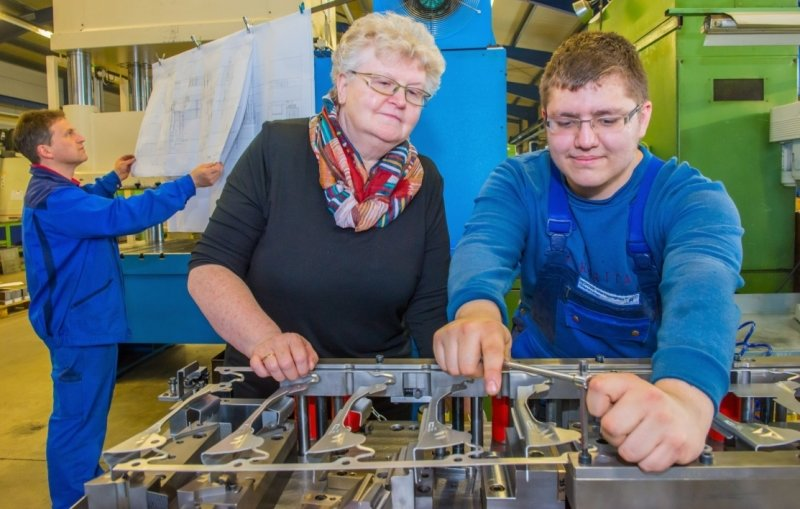 Hannelore Keunecke besucht Marcel Graupner im Ausbildungsbetrieb, dem Gebrüder Richter Werkzeugbau in Grünhain-Beierfeld. Sie hält auch mit Ausbilder Lars Uhlmann (hinten) Kontakt.