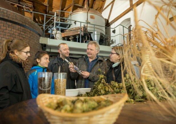 Trinken und Fachsimpeln über Hopfen und Malz: Besucher im Brauereimuseum Rechenberg, einer Station der künftigen Bierroute.