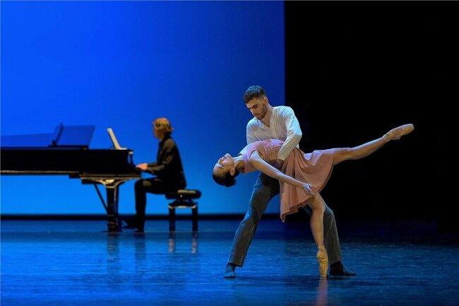 """Im ersten Teil des Ballettabends """"Love Me Or Leave Me"""" am Chemnitzer Opernhaus dominieren klassische Elemente wie der Tanz auf der Fußspitze. Im Bild sind Soo-Mi Oh und Alejandro Guindo Martín sowie Pavel Kuznetsov am Klavier zu sehen."""