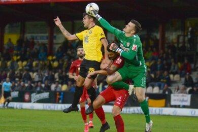 In dieser Szene hätte das Spiel noch eine andere Wendung bekommen können: Thomas Stock (links) köpft am Cottbusser Torhüter Tim Stawecki vorbei aufs Tor, der Ball wird aber von einem Energie-Verteidiger einen Meter vor der Linie noch weggeschlagen.