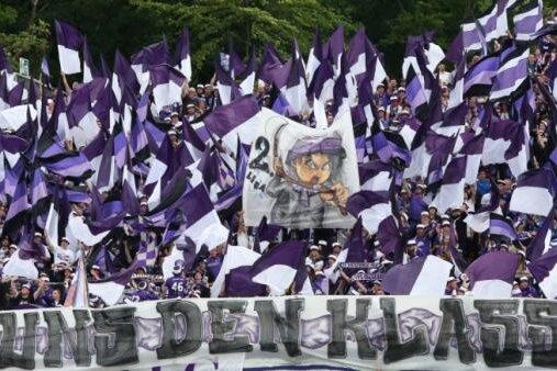 Alles in Lila-Weiß: So präsentierte sich der Fanblock des FC Erzgebirge Aue am Sonntag in Darmstadt.