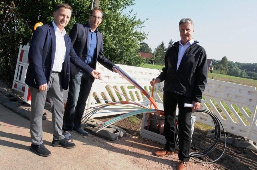 Bürgermeister Tino Obst sowie Hendrik König und Matthias Patzsch von der Telekom (von links) waren am Montag zum Start der Ausbauarbeiten für die Glasfaserverlegung nach Lichtentanne gekommen.