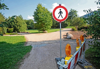 """Auch der Park """"Neue Welt"""" wurde am Freitagnachmittag von der Stadtverwaltung gesperrt. (Archivbild)"""