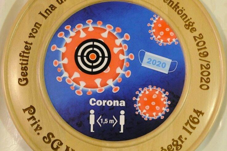 Jetzt geht's Corona an den Kragen. Gestiftet wird die Königsscheibe immer von den Titelverteidigern, die auch das Königsessen am Sonntag ausrichten.