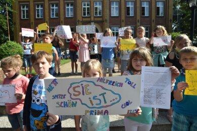 Kinder der Thomas-Müntzer-Grundschule hatten mit Plakaten und Unterschriftenlisten gegen die Streichung der Schulsozialarbeiter-Stelle protestiert. Erreicht haben sie, dass es auch weiterhin Sozialarbeit an der Bildungsstätte gibt - aber unter anderen Rahmenbedingungen als bisher.
