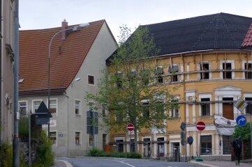 Im Gebäude an der Lange Straße 1 (links) sowie im Stadtcafé (hinten rechts) will der Investor Zweibett-, Vierbett- und Sechsbettzimmer unterbringen.