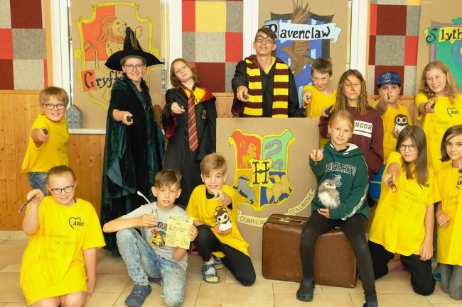 Wie an der Hogwarts-Schule aus den Büchern von Joanne K. Rowling sind auch die Ferienkinder im Harry-Potter-Sommercamp im Schullandheim Limbach in vier Häuser eingeteilt: Gryffindor, Ravenclaw, Slytherin und Hufflepuff. Schullandheim-Leiterin Nicole Fehlau (3. v. l.) mischt munter mit.