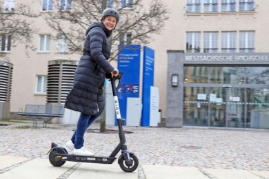 Die Zwickauer können jetzt auf zwei Rädern durch die City flitzen. OB Constance Arndt findet sichtlich Gefallen an der ersten Probefahrt.
