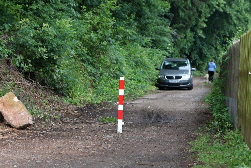 Laut Google-Maps ist dies die offizielle Umleitungsstrecke für die Großbaustelle in Rödlitz. Der Bauhof hat dem einen Poller entgegengesetzt.