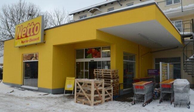 Wegen Umbau geschlossen: der Netto-Markt an der Heinrich-Heine-Straße in Treuen. Wiedereröffnung am Dienstag nächster Woche.