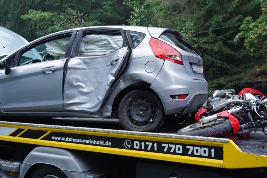 Drei Schwerverletzte nach Kollision zwischen Motorrad und Auto