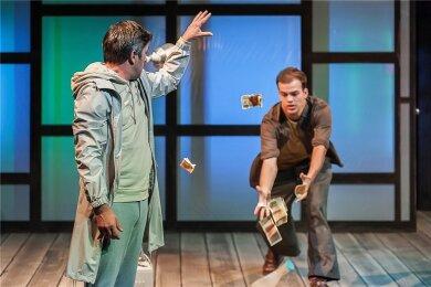 Bezahlte Erniedrigung: Woyzeck (Gerrit Maybaum, rechts) unterwirft sich unter anderem dem Doktor (Daniel Koch).
