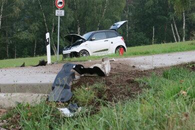 Auf der Schönheider Straße in Stützengrün hat sich eine 15-Jährige in mit ihrem Leichtkraftfahrzeug überschlagen.