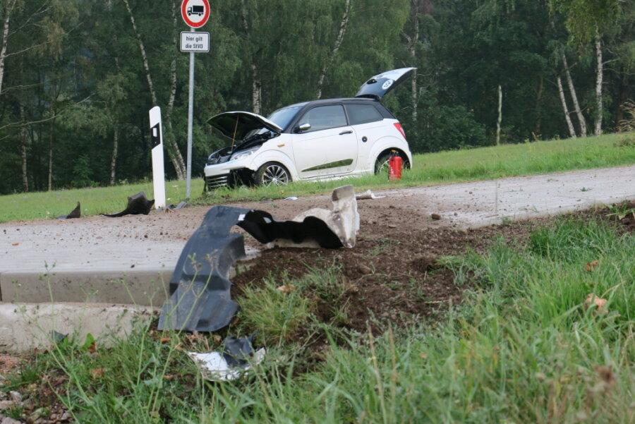 Auto überschlägt sich - Frau leicht verletzt