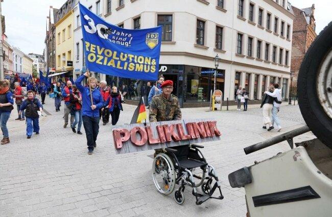 Am Samstag sind Mitglieder der Freien Deutschen Jugend (FDJ) erneut mit wehenden Fahnen durch Zwickau gezogen.
