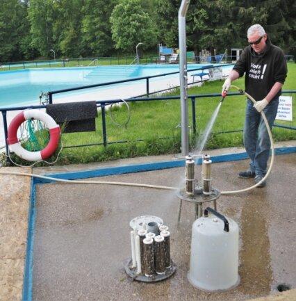 Schwimmmeister Steven Clauß hat vor der Öffnung des Erdmannsdorfer Freibades alles gründlich gereinigt.
