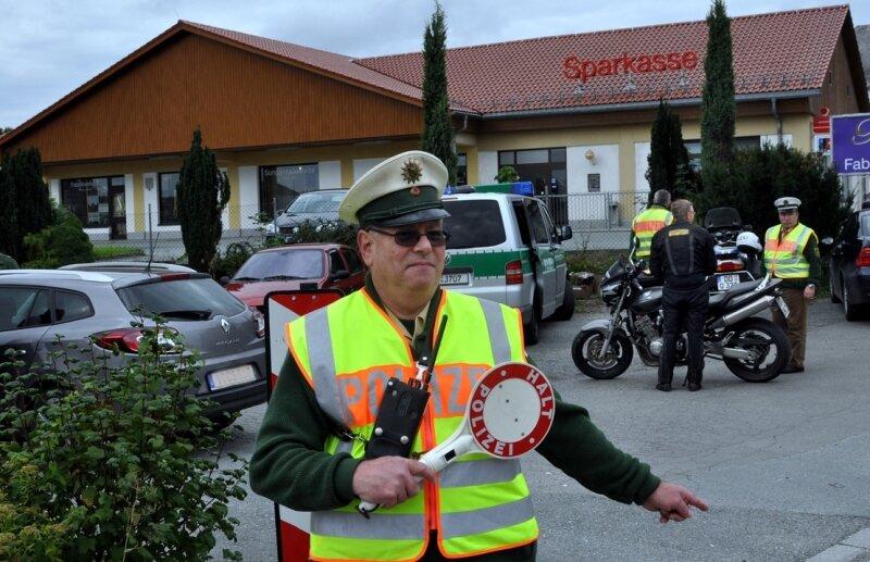 """<p class=""""artikelinhalt"""">Roland Meyer winkt die Fahrzeuge, die durch Rebesgrün zuschnell unterwegs waren, an die Seite. </p>"""