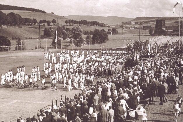 Das Bild vermittelt einen Eindruck von der Sportplatzweihe, die mit Festumzug und Bezirksturnfest verbunden war.