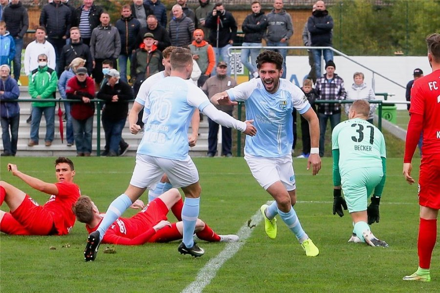 CFC-Neuzugang Andis Shala (2. von rechts) jubelt nach dem 1:0 und seinem ersten Treffer im himmelblauen Trikot.