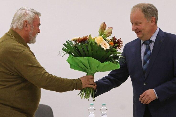 Lothar Göpfert (links) überreicht Uwe Redlich den Blumenstrauß zur Ver-eidigung. Näher kam man sich an dem Abend aber nicht.