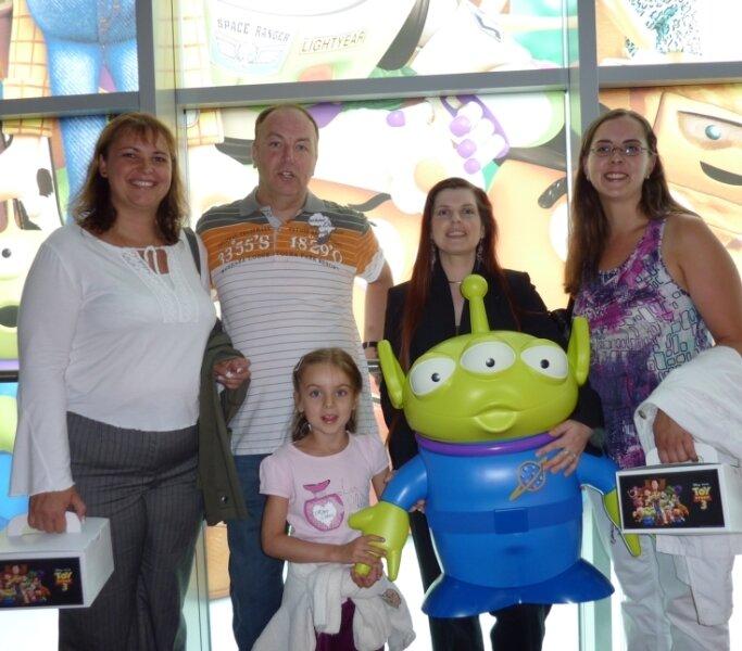 """<p class=""""artikelinhalt"""">Vier der Zwickauer Gewinner mit Kinochefin Kati Reim (2. von rechts) und einem grünen Männchen vom Pizzaplaneten. </p>"""