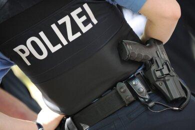 Ein 22-jähriger Maskenverweigerer ist am späten Samstagabendvon Bundespolizisten mit Gewalt aus einer S-Bahn am Zwickauer Hauptbahnhof gebrachtworden.