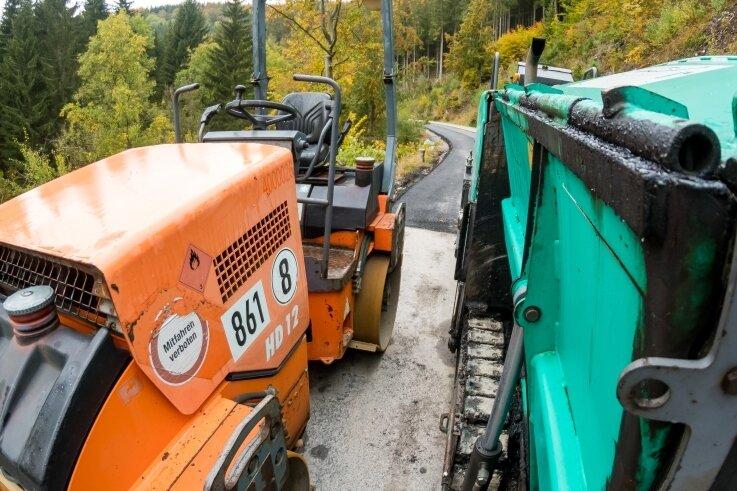 Die Asphaltarbeiten auf der Staatsstraße 216 zwischen Olbernhau und Rübenau werden voraussichtlich in diesem Monat abgeschlossen. Bis zur Freigabe für den Verkehr dauert es jedoch noch länger.