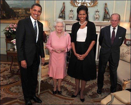 Michelle Obama hat bei ihrem Besuch im Buckingham Palace die Queen umarmt und damit gegen die Etikette verstoßen. Die Monarchin machte sich aber offenbar nichts aus der protokollarischen Panne.