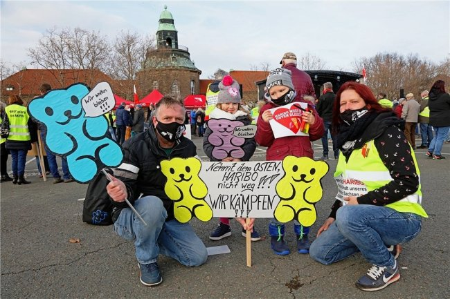 Melanie Peter, ihr Mann Mario Wenzel und die Kinder Nelly und Maxim gehörten zu den rund 600 Menschen, die am Samstag auf dem Zwickauer Platz der Völkerfreundschaft gegen die Schließung des Haribo-Standorts Wilkau-Haßlau demonstrierten.
