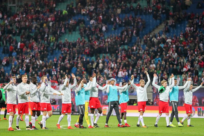 Leipzigs Spieler bedanken sich nach dem 2:1-Sieg über hannover bei den Fans.