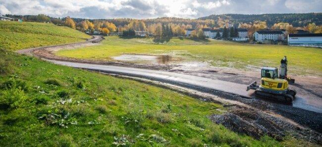 Blick auf die frühere Uranbergbau-Halde 65 in Bad Schlema, die heute eine Wiese ist. In den vergangenen Jahren ließ der Bergbausanierer Wismut große Teile der Aufschüttung abgetragen.