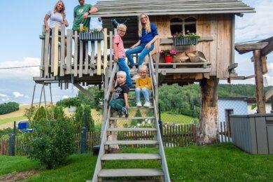 Für Hanno, Enna, Edwin und Matilda (auf der Treppe von unten nach oben) ist das Baumhaus bei Familie Lötzsch in Lauter-Bernsbach entstanden. Die Eltern Claudia und Daniel Lötzsch sitzen selbst gern mit Freunden auf der Baumhaus-Terrasse.