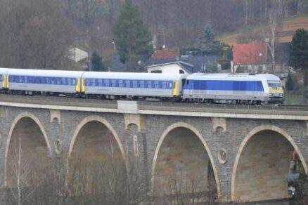Zug der Mitteldeutschen Regiobahn auf dem Bahrebach-Viadukt
