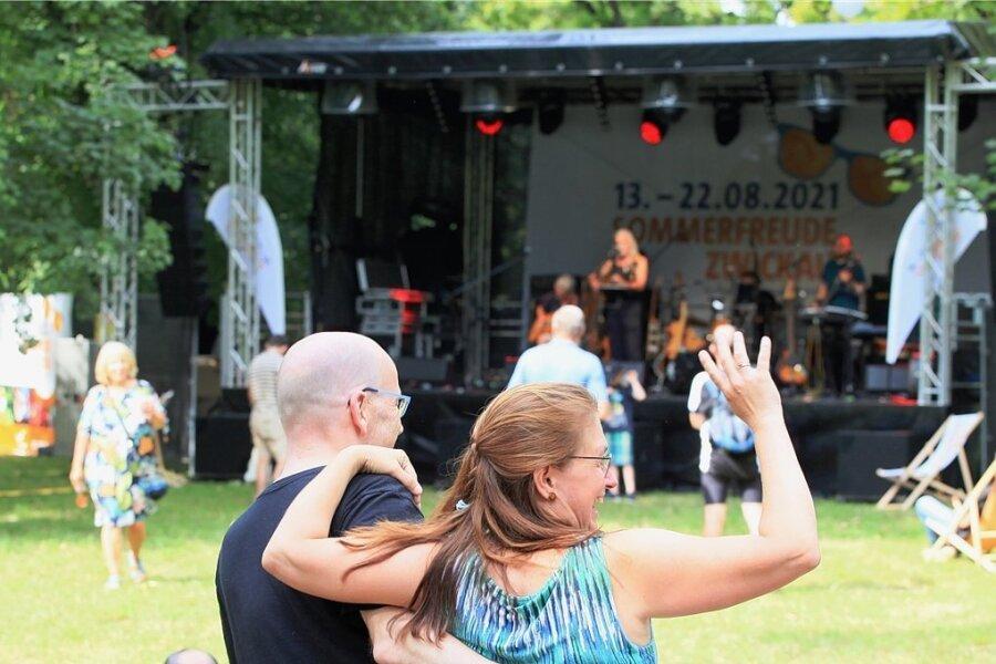 """Freitagnachmittag startete die Band Bunte Hunde die """"Sommerfreude"""" im Schlobigpark. Gäste kamen nur zögerlich. Das tat der guten Stimmung aber keinen Abbruch."""