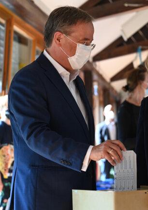 Armin Laschet, Bundesvorsitzender der CDU, Spitzenkandidat seiner Partei und Ministerpräsident von Nordrhein-Westfalen, bei der Stimmabgabe zur Bundestagswahl.