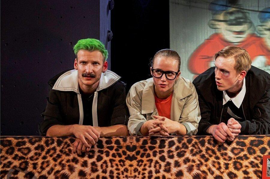 Maximilian Schaible als Jörg, Aline Beetschen als Ella und Jonas Julian Niemann als Daniel (v. l.) auf der Suche nach Helden.
