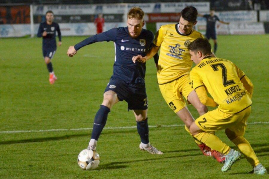 Der Babelsberger Torschütze zum 1:0 Nicola Jürgens (links) im Vorwärtsgang, hier attackiert von Marcin Sieber (Mitte), der das 2:3 erzielte, und Niclas Kubitz.