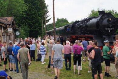 Magnet Eisenbahn: Der Chemnitzer Sonderzug Pfingsten 2017 beim Stopp am Haltepunkt Gunzen. Am kommenden Samstag findet im Rahmen zweierSonderfahrten ein Bahnhofsfest statt.