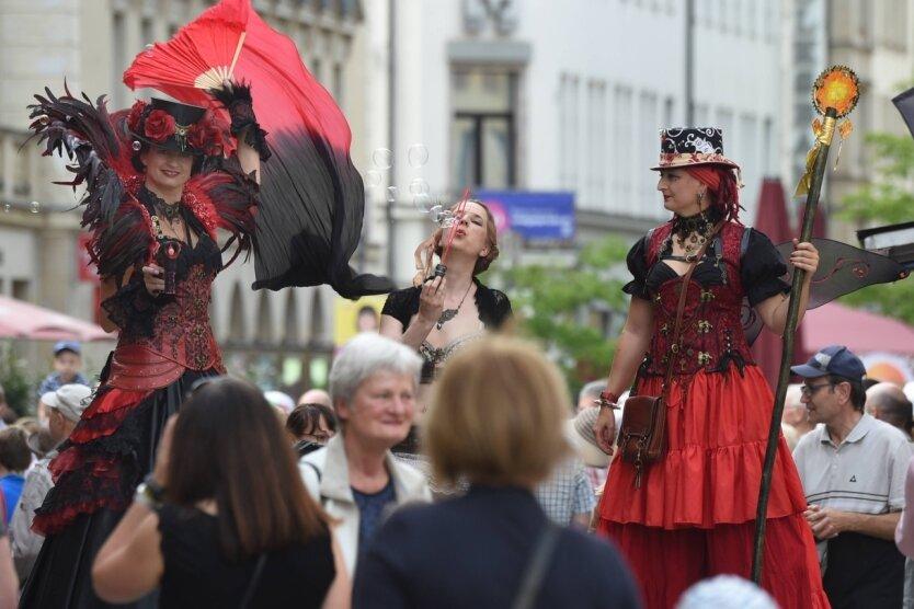 Bei der Eröffnung des Chemnitzer Hutfestival unterhielten mondän gekleidete Damen vom Chemnitzer Ensemble Las Fuegas auf Stelzen das Publikum. Sie ließen Seifenblasen fliegen und verteilten Bonbons.