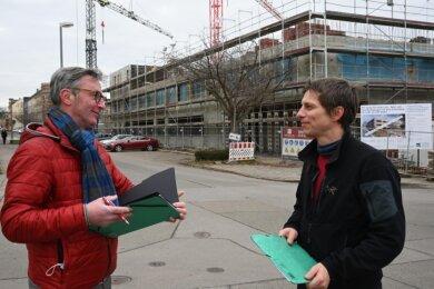 Sören Schlegel (links) und Marko Rößler haben sich für den Aufbau einer neuen Schule eingesetzt, in der Kinder von der 1. bis zur 10. Klasse lernen können. Sie soll im Sommer starten, vorerst im Neubau an der Jakobstraße (Foto). Später ist der Umzug in einen Neubau an der Planitzwiese geplant.